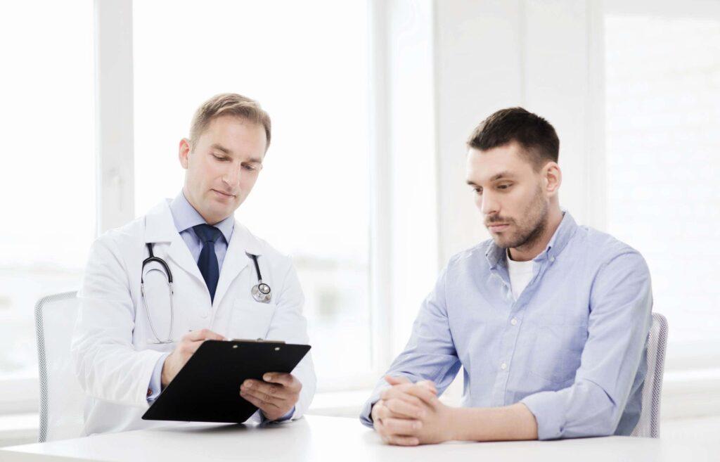 врач пишет в кабинете